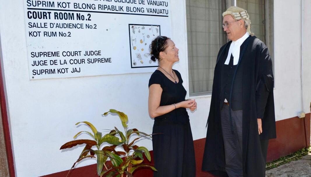 Dommer Gustaaf Andree Wiltens og jeg utenfor Supreme Courts kontorbygning, samme dag som øystatens tidligere statsminister fikk sin dom. Dommeren er forpliktet til å bære parykk, krage og ullkappe i varmen.