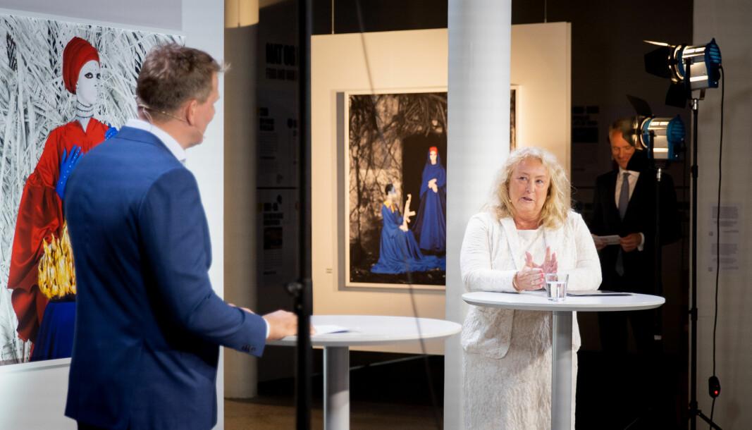 Toril Marie Øie under torsdagens tvisteløsningsseminar i samtale med Haavind-partner Johnny Johansen. I bakgrunnen skimtes Mikal Brøndmo.