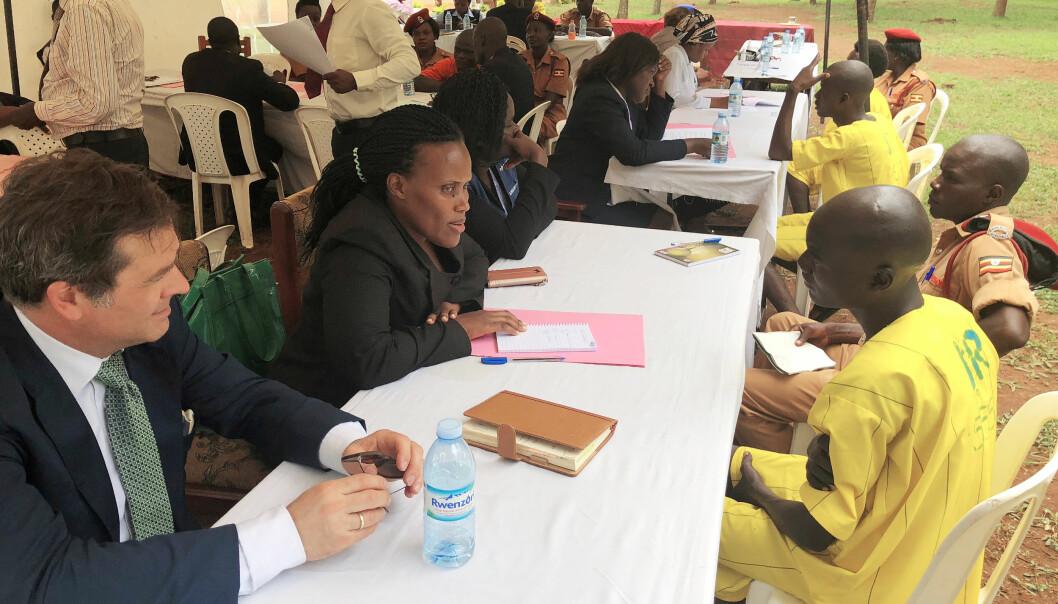 Paal-Henrich Berle var tilstede på en masse-plea bargaining-seanse i Uganda, der 55 fanger med hjelp fra advokater forhandlet seg frem til lavere straffer.