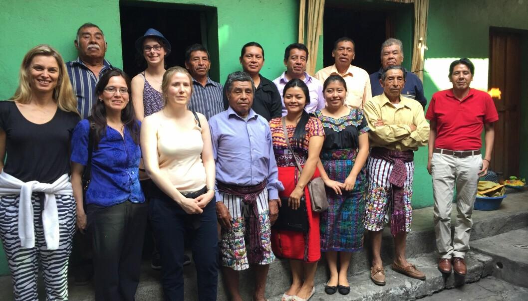 De norske advokatene Ellen-Karine Hektoen og Jannicke Knudsen sammen med tolk og representanter for advokatforeningen for mayafolket i Guatemala.