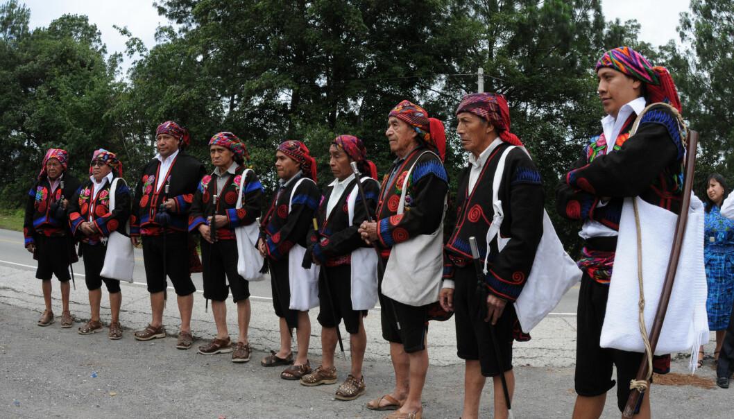 Tradisjonelle urfolksledere i byen Chichicastenango i tradisjonelle urfolks-festdrakter.