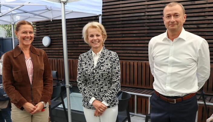 Hald & Co-partnere Marianne Rodvelt (t.v.) og Magne Olsen (t.h.) sammen med Advokatforeningens generealsekretær Merete Smith på firmaets takterrasse.