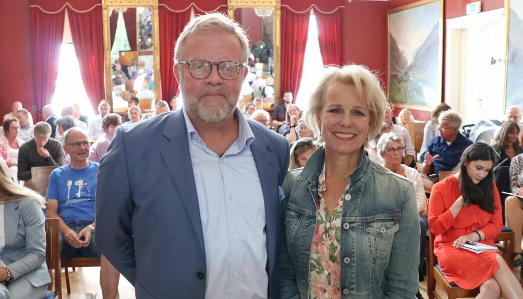 Advokatforeningens leder Jon Wessel-Aas og generalsekretær Merete Smith før den fiktive rettssalen i Arendal gamle rådhus.