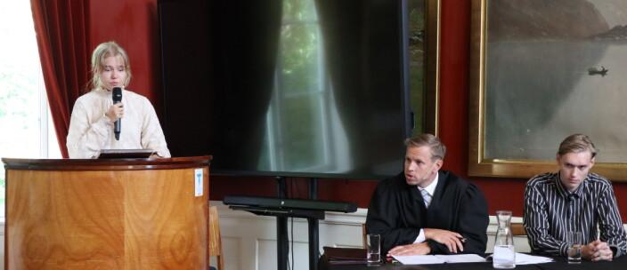 Med flere vitneavhør, her av fornærmede, ble rollespillet en autentisk gjengivelse av en vanlig norsk rettssak. Advokat Torleiv Drangsland spilte forsvarer.