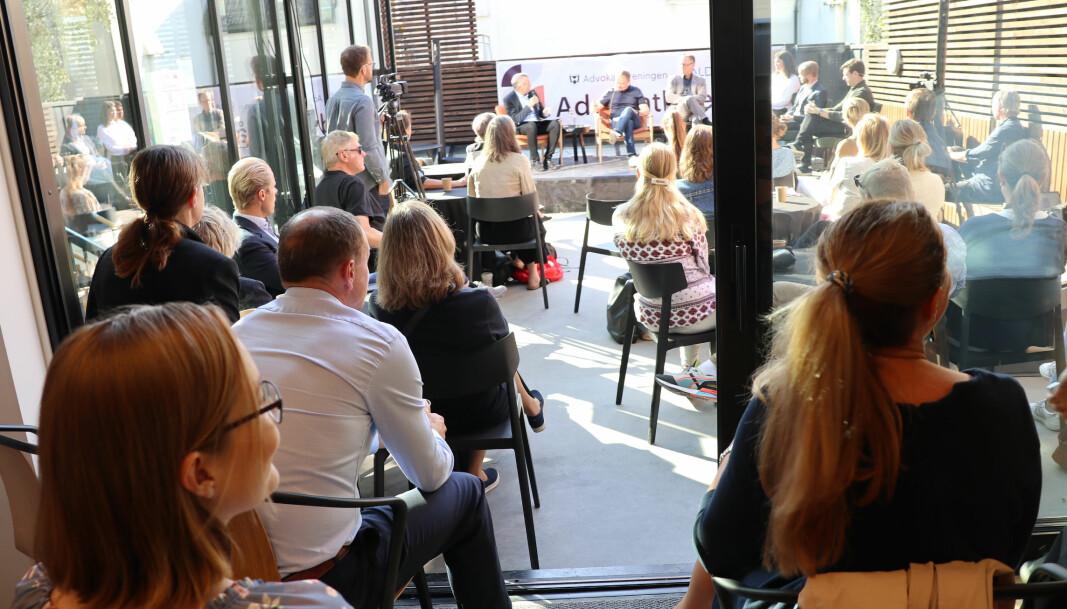 Debatten om jussens plass i klima- og miljøarbeidet skapte stor interesse og engasjement blant tilhørerne.
