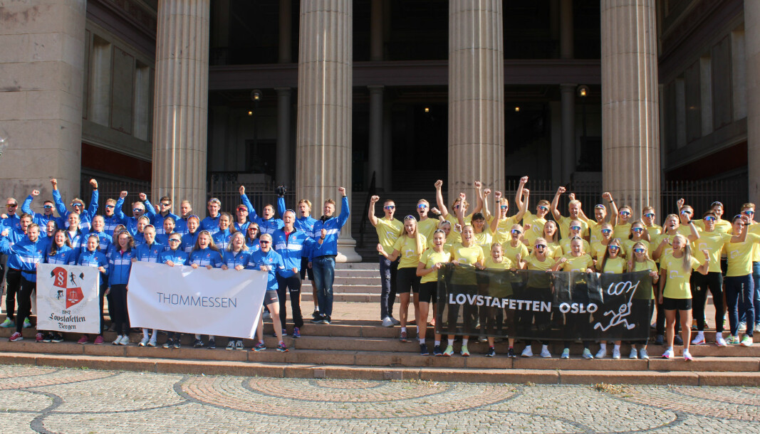 Jusstudentene fra landets to største byer fotografert før start på Universitetsplassen i Oslo.