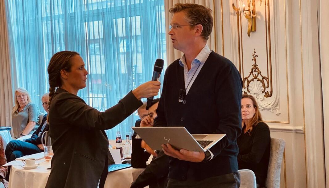 Advokat Trygve Staff tok ordet under Advokatforeningens representantskapsmøte torsdag ettermiddag. Her med Advokatforeningens Karin Johansson.