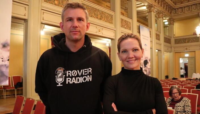Jacobsen hadde følge av Simen Iskariot Larsen, en tidligere innsatt som jobber i Røverradion - et radioprogram laget av og med innsatte i norske fengsler.