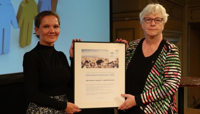 Prisvinnerne Maria Hessen Jacobsen og Randi Ronsenqvist på scenen i Gamle logen i Oslo.