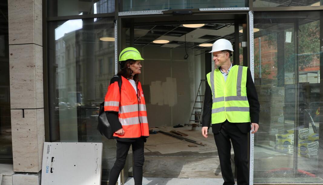 Due og Helgeby utenfor inngangen til de nye lokalene i Tullinkvartalet.