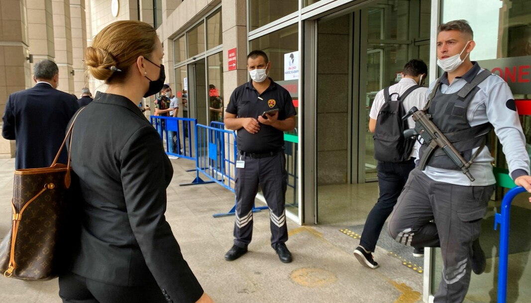Advokat Maria Hessen Jacobsen på vei inn i tinghuset for en rettssaksobservasjon i Istanbul.
