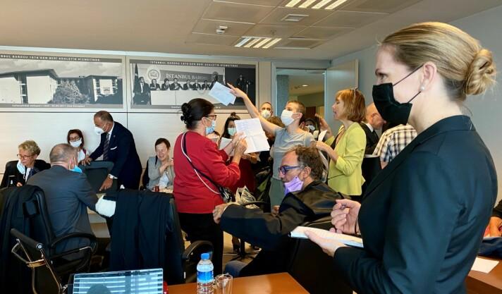 De internasjonale observatørene møttes på møterommet til advokatforeningen Istanbul Barosu på tinghuset før rettssaken mot Barkin Timtik og Selçuk Kozağaçli.