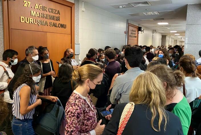 Rettssalen var fylt til randen av engasjerte tilhørere. Både i døråpningen og langs veggene sto folk tett i tett. De europeiske advokatene, som her venter utenfor rettslokalet, krever i et opprop at de fengslede advokatene straks løslates.