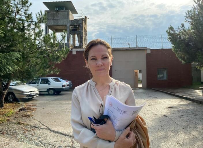 Maria Hessen Jacobsen utenfor kvinnefengslet i Kandira, der hun besøkte menneskerettsadvokat Aycan Ciçek. Hun er dømt til ni års fengsel, og er holdt isolert i lange perioder, uten tilgang til bøker, TV, eller andre informasjonskanaler.