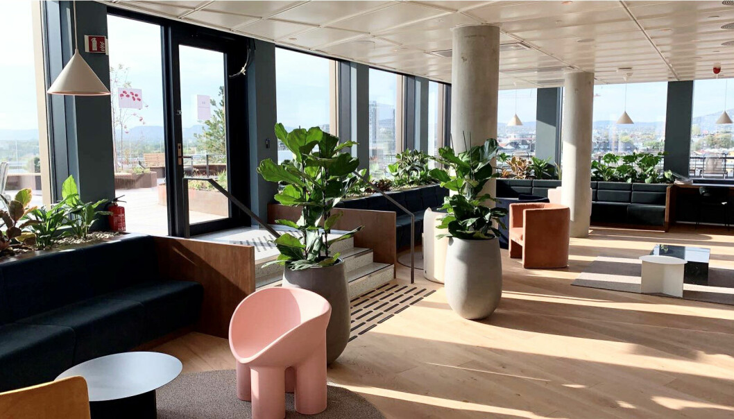 I Thommessens nye lokaler er det funnet plass til et stort torg der medarbeidere kan møte både kolleger og klienter.