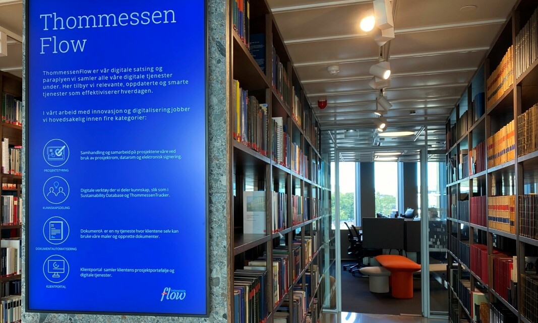 Thommessen har også funnet plass til et rikholdig bibliotek i de nye lokalene i Ruseløkkveien.