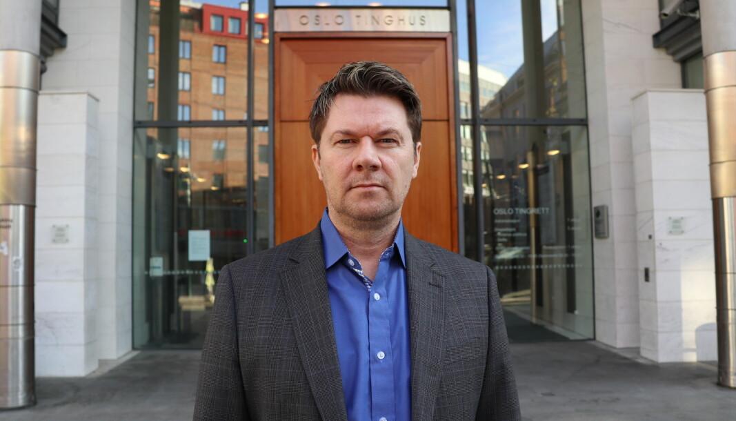 Forsvarsadvokat Bjørn André Gulstad foran Oslo tinghus.