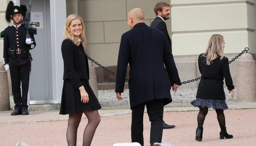 Landets nye justisminister har permisjon fra jobben som advokatfullmektig i Elden. Hun ble presentert sammen med de andre statsrådene på Slottsplassen i Oslo.