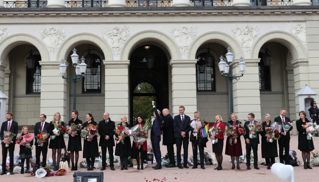 Den nye regjeringen kom ut på Slottsplassen like før klokken 1230 torsdag ettermiddag.